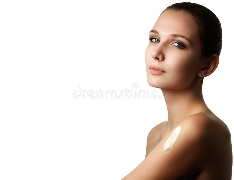Porträt einer herrlichen Brunettefrau mit glatter und gesunder SK stockfotografie