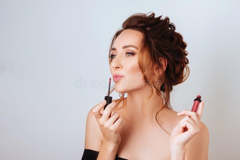Porträt einer herrlichen jungen Brunettefrau im stilvollen Make-up stockbilder