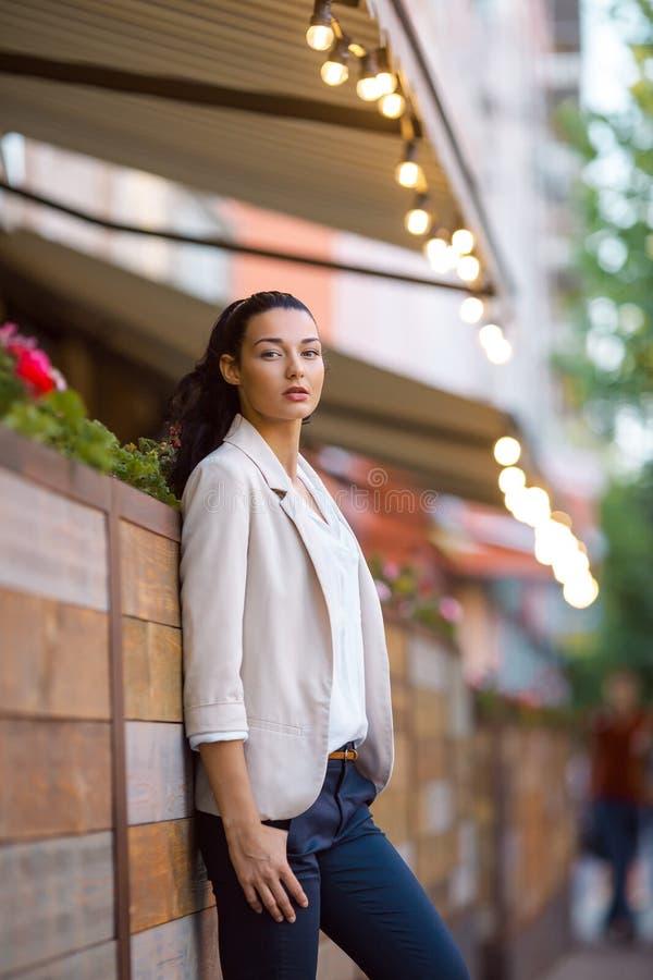 Porträt einer jungen überzeugten Frau stockbilder
