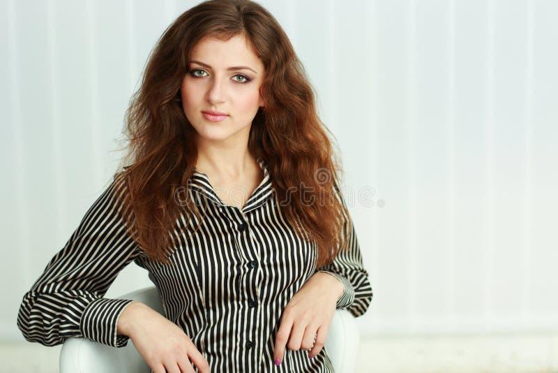 Porträt einer jungen überzeugten Geschäftsfrau stockfotografie