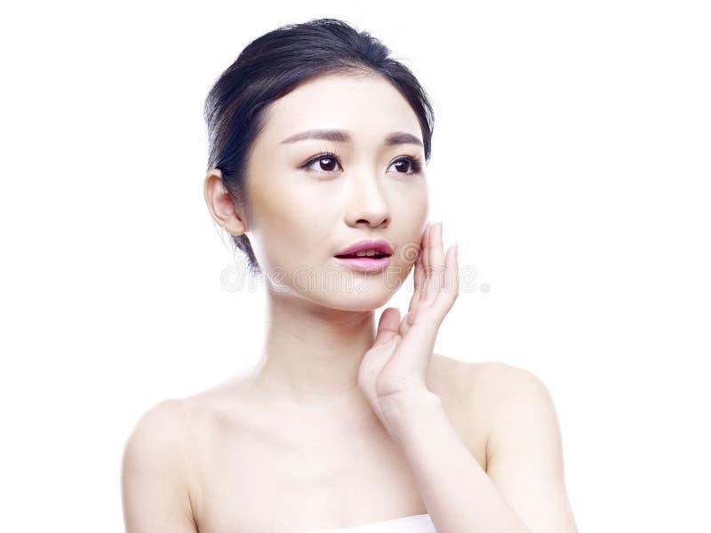 Porträt einer jungen Asiatin lizenzfreie stockfotos