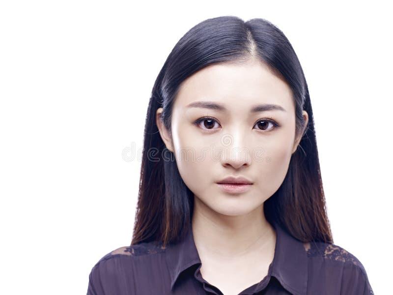 Porträt einer jungen Asiatin lizenzfreie stockfotografie