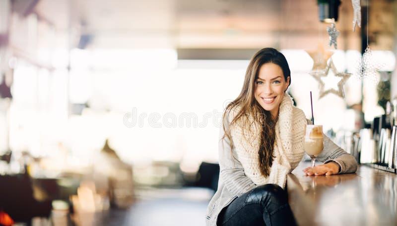 Porträt einer jungen, attraktiven Frau lizenzfreie stockfotografie