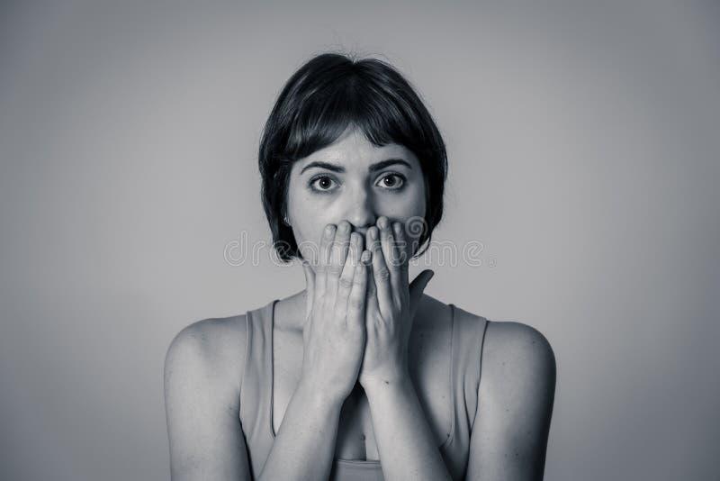 Porträt einer jungen attraktiven Frau, die erschrocken und entsetzt schaut Menschliche Ausdrücke und Gefühle lizenzfreie stockfotografie