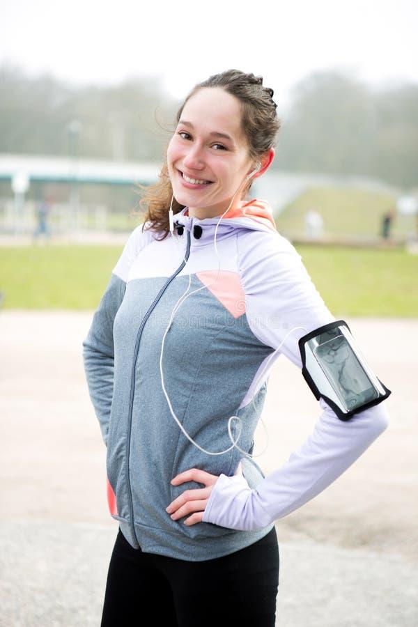 Porträt einer jungen attraktiven Frau nach einer laufenden Sitzung stockfoto