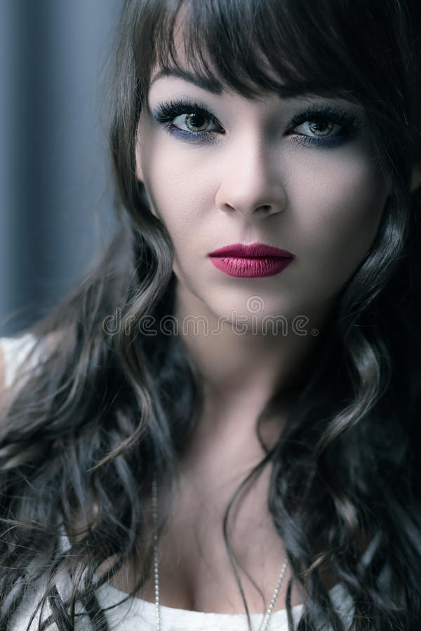 Porträt einer jungen Brunettefrau stockbild
