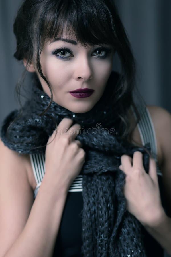 Porträt einer jungen Brunettefrau lizenzfreies stockfoto
