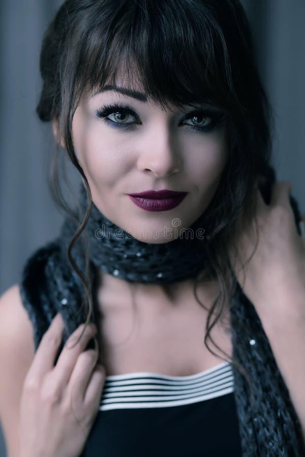 Porträt einer jungen Brunettefrau stockfoto