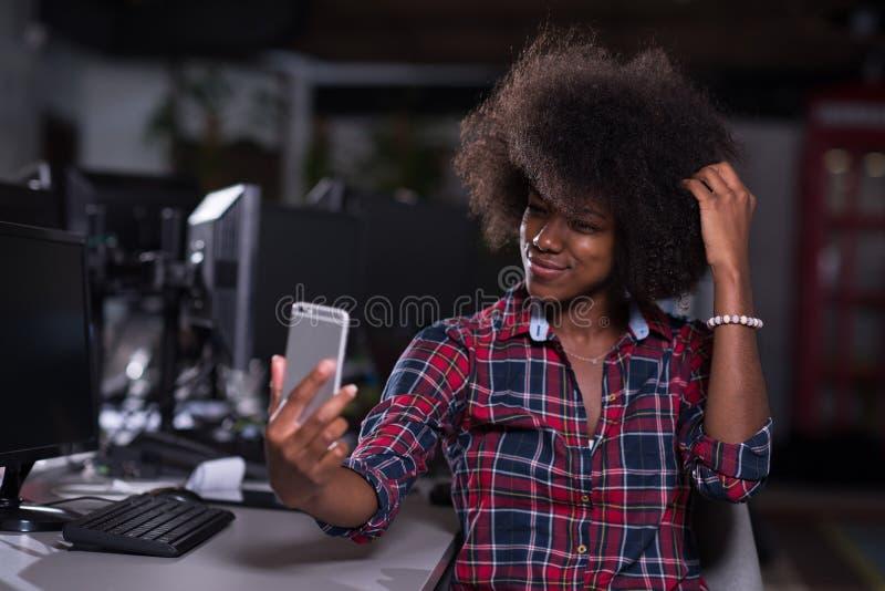 Porträt einer jungen erfolgreichen afro-amerikanischen Frau in modernem lizenzfreie stockfotos