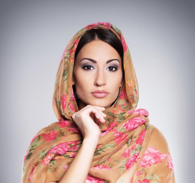 Porträt einer jungen Frau in der arabischen Kleidung stockbilder