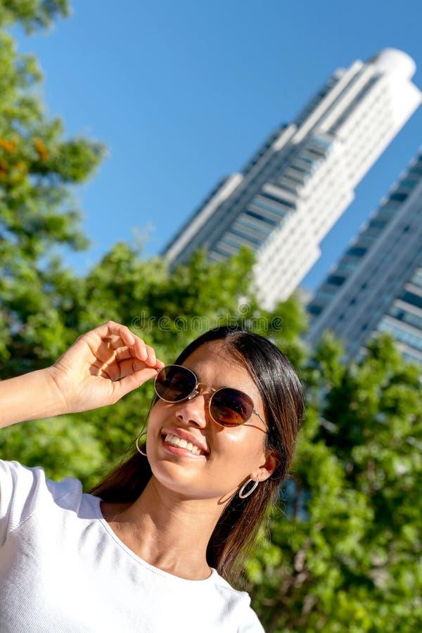Porträt einer jungen Frau in der Sonnenbrille an einem sonnigen Tag lizenzfreies stockbild