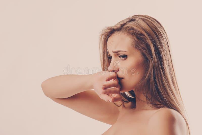 Porträt einer jungen Frau, die deprimiert ist lizenzfreie stockfotos