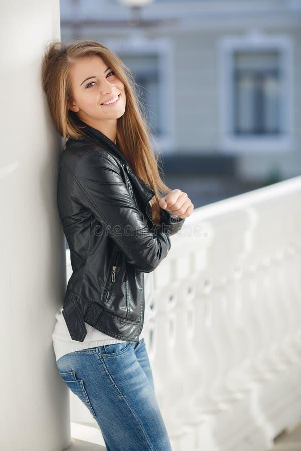 Porträt einer jungen Frau draußen im Herbst lizenzfreie stockfotos