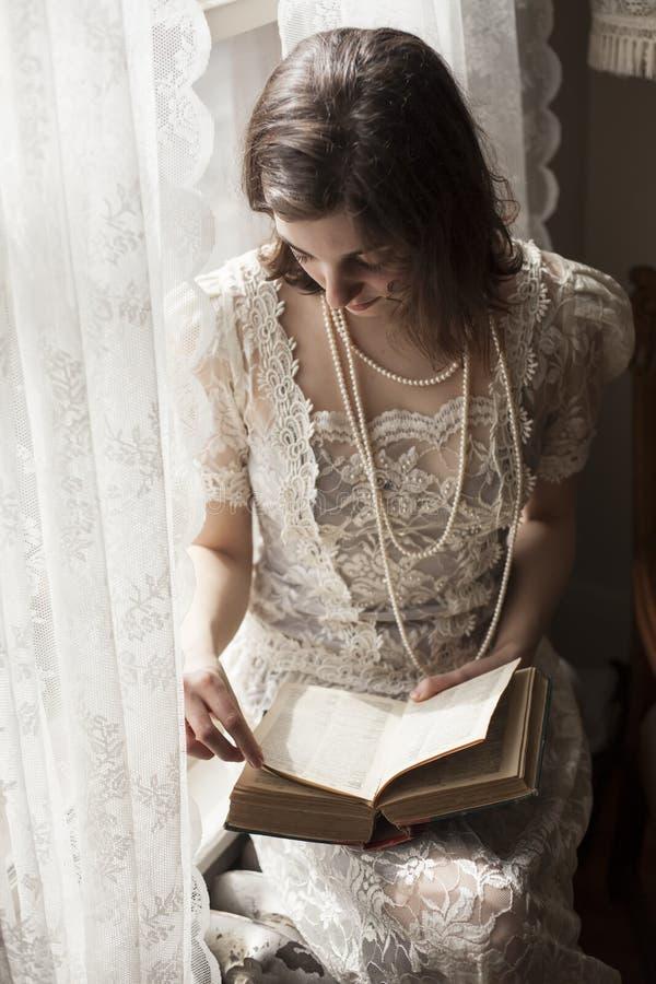 Junge Frau im weißen Hochzeits-Kleid stockfoto