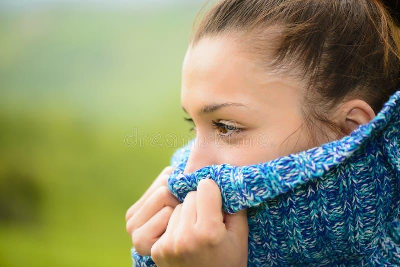 Porträt einer jungen Frau im kühlen Wetter lizenzfreie stockfotografie