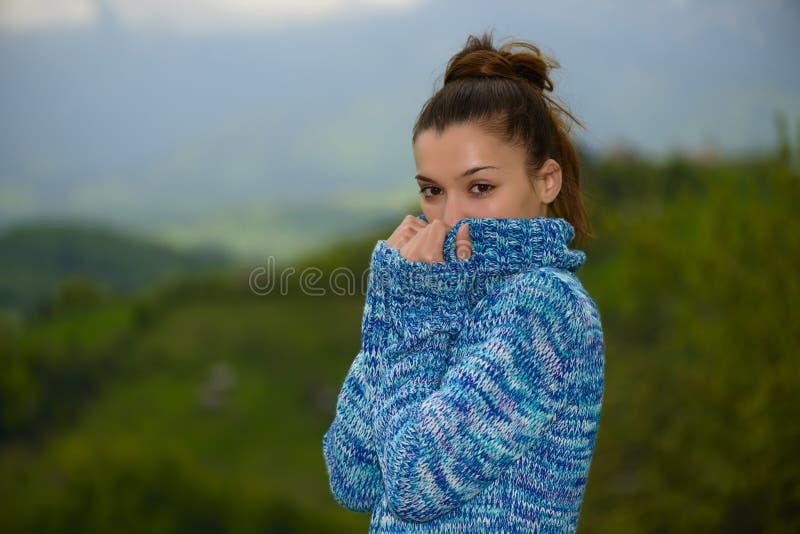 Porträt einer jungen Frau im kühlen Wetter stockbilder