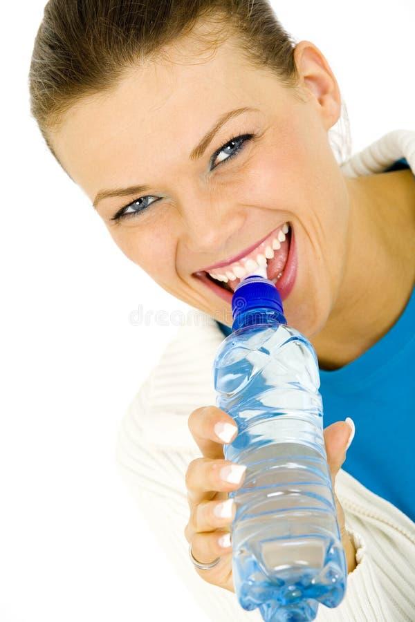 Porträt einer jungen Frau mit einer Flasche Wasser stockbild