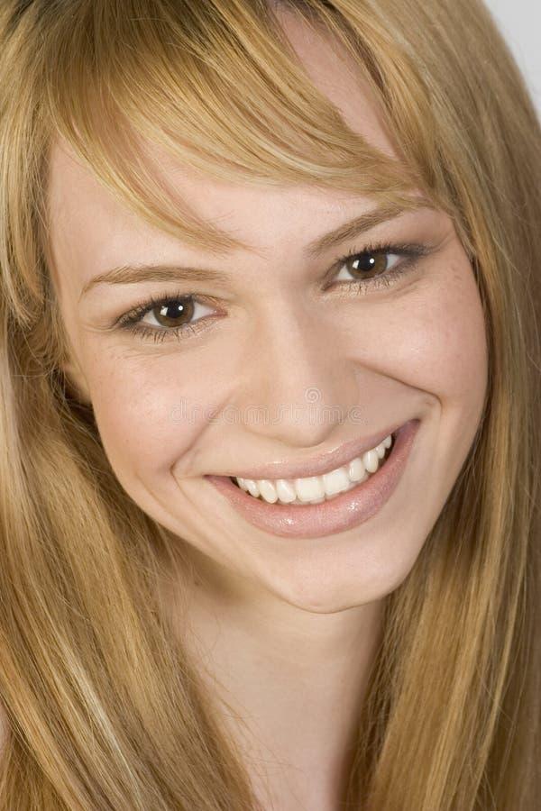 Porträt einer jungen Frau mit schönem Lächeln stockfotografie