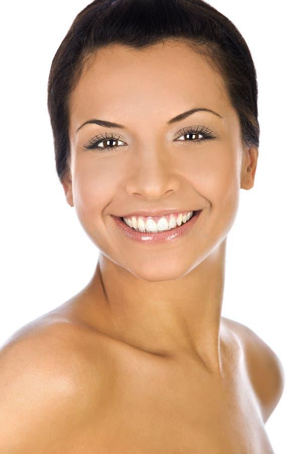 Porträt einer jungen Frau mit schönem Lächeln auf weißem Hintergrund lizenzfreies stockbild