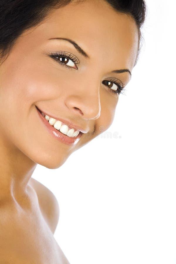 Porträt einer jungen Frau mit schönem Lächeln auf weißem Hintergrund lizenzfreies stockfoto