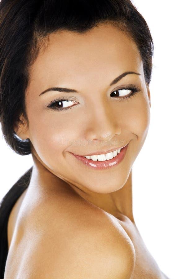 Porträt einer jungen Frau mit schönem Lächeln auf weißem Hintergrund lizenzfreie stockbilder
