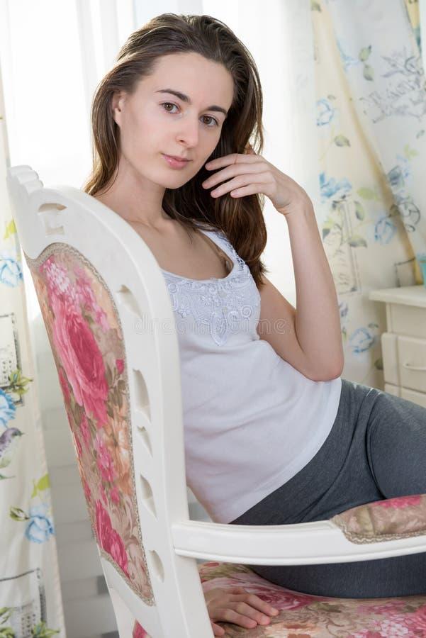 Porträt einer jungen Frau am Spiegel lizenzfreie stockfotografie