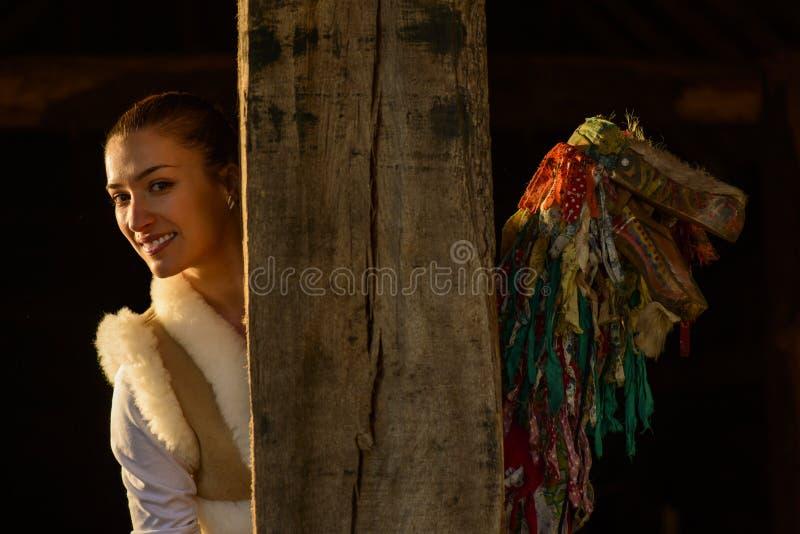 Porträt einer jungen Frau und der traditionellen Marionette lizenzfreie stockbilder