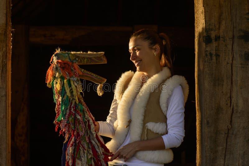 Porträt einer jungen Frau und der traditionellen Marionette stockfotografie