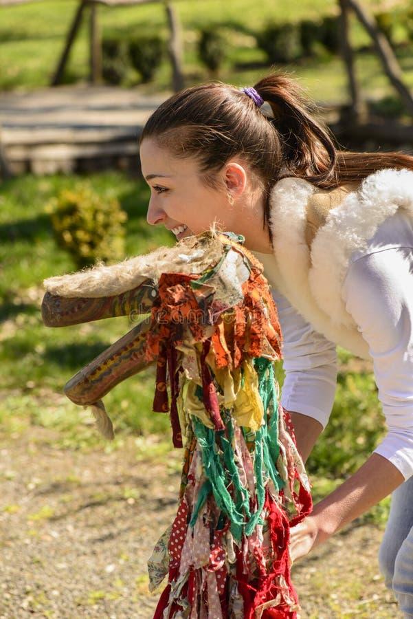 Porträt einer jungen Frau und der traditionellen Marionette lizenzfreie stockfotos