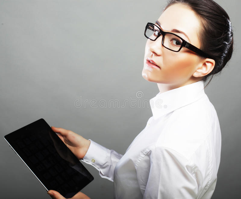 Porträt einer jungen Geschäftsfrau, die Tablette verwendet stockfotografie