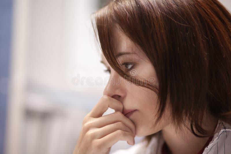 Porträt einer jungen Geschäftsfrau im Büro lizenzfreies stockbild