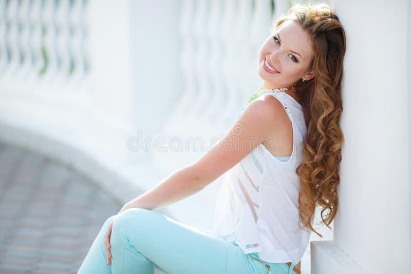 Porträt einer jungen glücklichen Frau im Sommer lizenzfreie stockfotografie