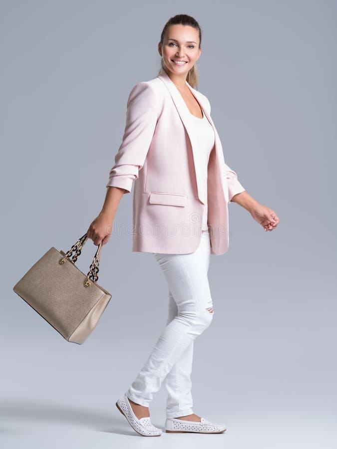 Porträt einer jungen glücklichen Frau mit Handtasche lizenzfreies stockbild