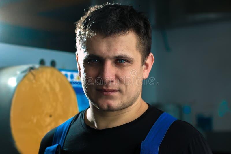 Porträt einer jungen hübschen Arbeitskraft des kaukasischen Auftrittes Ein Mann mit einer stark-gewillt gewesenen Person untersuc lizenzfreies stockfoto