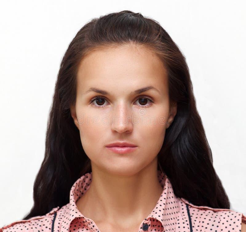 Porträt einer jungen hübschen Frau mit reizend mildern Blick stockbilder