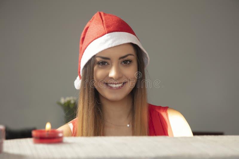 Porträt einer jungen schön lächelnden Frau in einer roten Kappe stockbilder