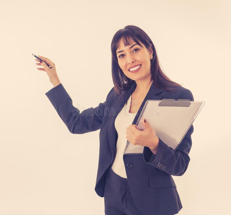 Porträt einer jungen schönen überzeugten Geschäftsfrau in der Klage zeigend auf Kopienraum stockfoto