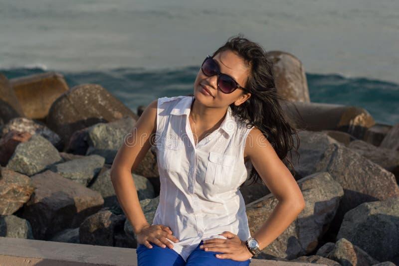 Porträt einer jungen schönen asiatischen Frau, die an der Kamera nahe Meer lächelt lizenzfreies stockbild