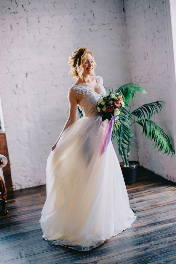 Porträt einer jungen schönen Braut in einem Dachboden stockfoto