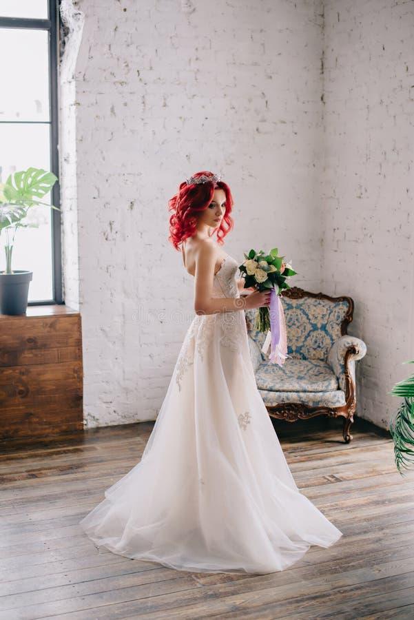 Porträt einer jungen schönen Braut in einem Dachboden stockbild