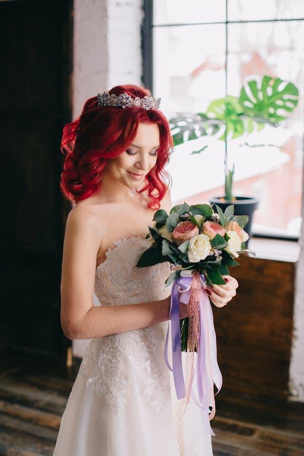 Porträt einer jungen schönen Braut in einem Dachboden, Nahaufnahme stockbilder