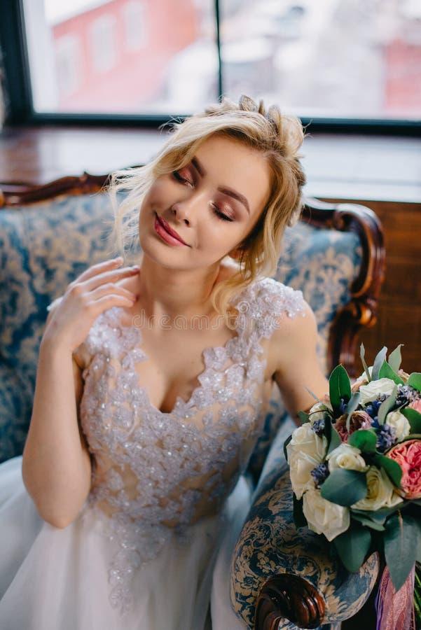 Porträt einer jungen schönen Braut im Innenraum lizenzfreies stockfoto