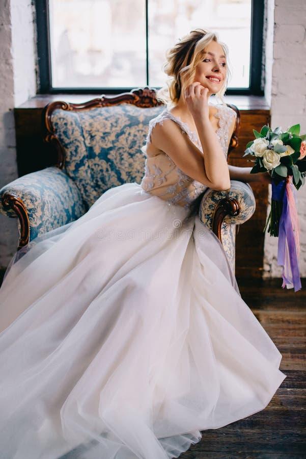 Porträt einer jungen schönen Braut im Innenraum lizenzfreie stockfotografie