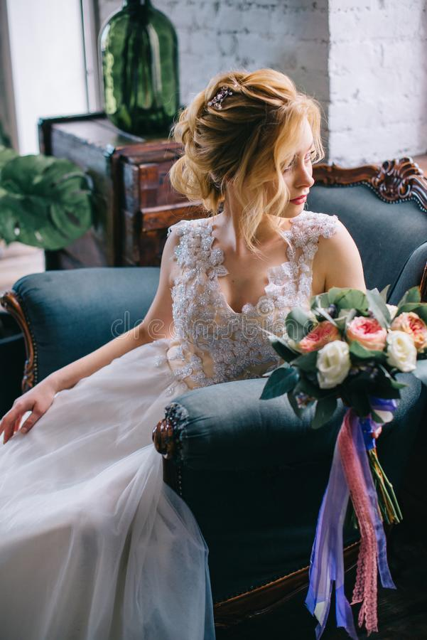 Porträt einer jungen schönen Braut im Innenraum lizenzfreie stockbilder