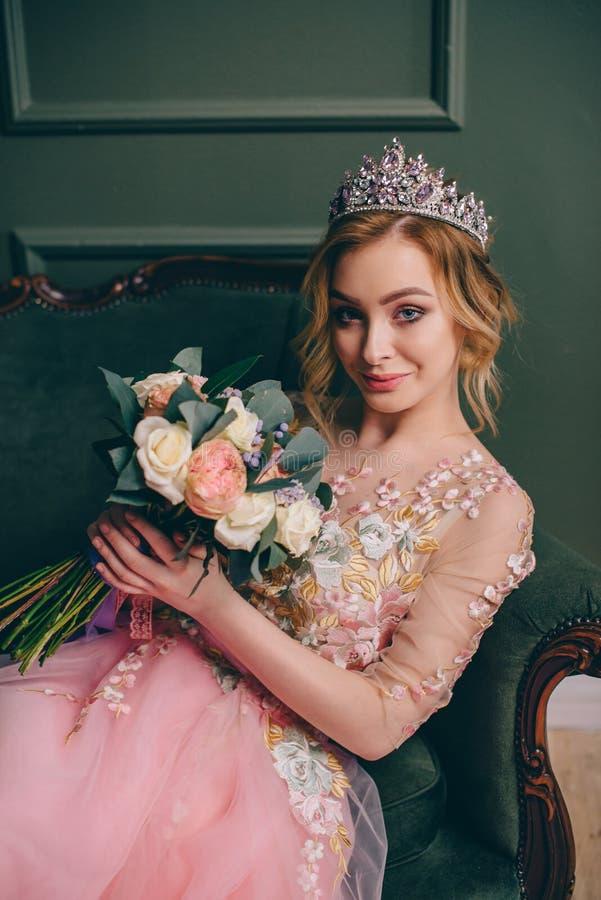 Porträt einer jungen schönen Braut im Innenraum stockfotografie