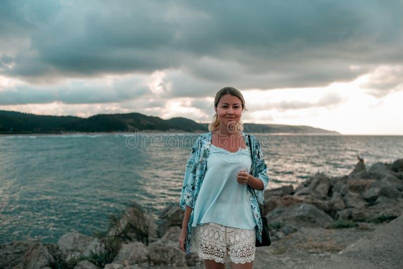 Porträt einer jungen schönen kaukasischen Frau im hellen Sommer kleidet stockbilder