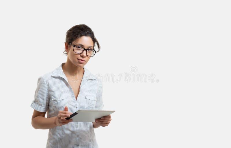 Porträt einer jungen Schönheit in den Gläsern mit einer Tablette stockfotos