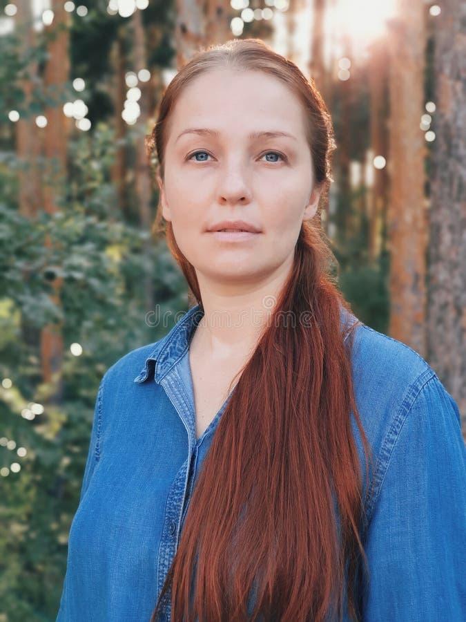 Porträt einer jungen Schönheit, Hochformat auf einem modernen Smartphone stockfotografie