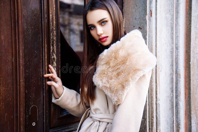 Porträt einer jungen Schönheit im beige Mantel, Herbst draußen lizenzfreies stockfoto