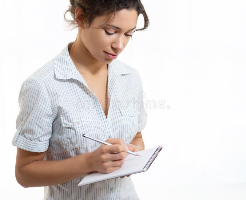 Porträt einer jungen Schönheit mit einem Bleistift und einem Notizblock stockbild